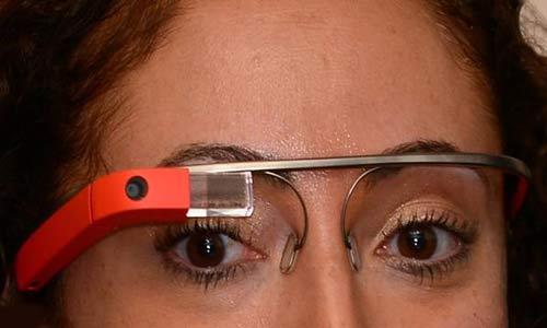 الرسائل بنظارة غوغل «خطيرة» أثناء القيادة
