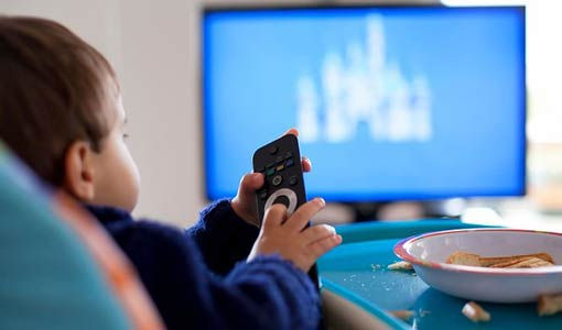 مشاهدة التلفاز.. ضرر للطفل أم توسيع لآفاقه؟