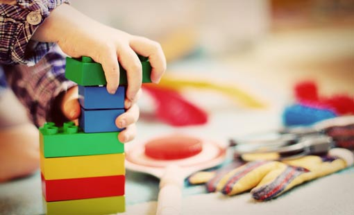 لعب الطفل.. طرق تعزيز ذكائه ومهاراته