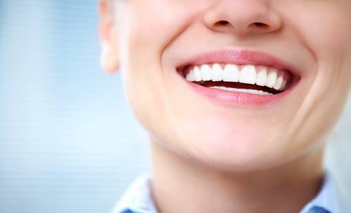 إبتسامة بيضاء وأسنان صحية