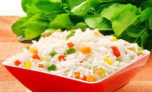 الأرز بالفلفل الملوّن والأعشاب العطرية