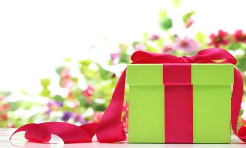 تغليف الهدايا.. فن وذوق وابتكار