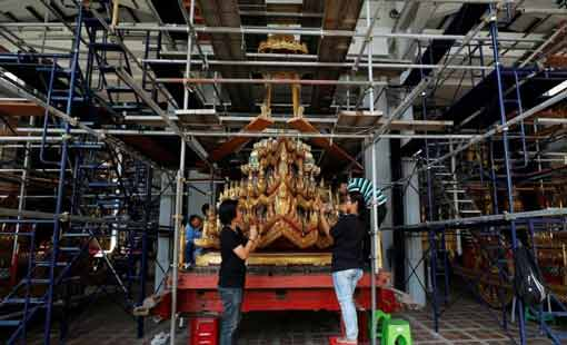 عربة مذهبة لنقل رفات ملك تايلاند