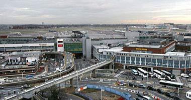 الآلاف ينامون في مطار هيثرو في انتظار المغادرة بسبب الطقس