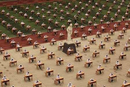 الطالبات الصينيات يؤدين اختبارهن دون مراقب