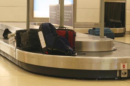عمال مطار  يسرقون حقائب المسافرين