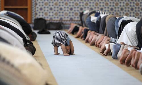 أفضل صورة في العالم.. طفل يقلد المصلين