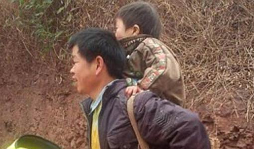 يحمل ابنه المعاق 18 ميلاً يومياً ليتعلم