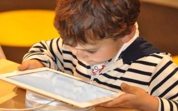 استخدام الأطفال للتكنولوجيا.. مضر أم مفيد؟