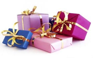 تقديم الهدايا.. رمز المحبة والصداقة