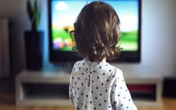 أمام التلفاز.. هل يسمع الأطفال كلامك؟