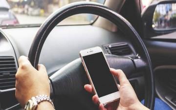 مخاطر استخدام الهاتف أثناء القيادة