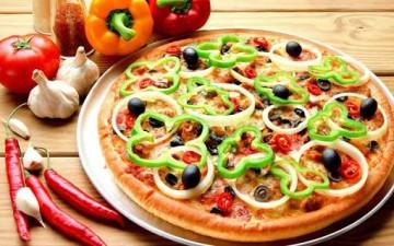 بيتزا خضار مقلوبة مع سلطة البطاطا والباذنجان