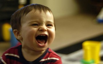 الطفل والضحك.. مظاهر نمو وإرتقاء