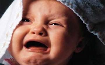 شكل العينين يفضح أسباب بكاء الرضيع