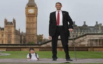 لندن تجمع بين أطول وأقصر رجلين في العالم