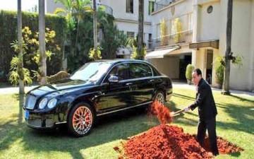ثري يقرر دفن سيارة قيمتها 380 ألف دولار