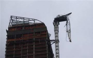 الإعصار ساندي يترك رافعة تتدلى من مبنى شاهق وسط الرياح العاتية في نيويورك