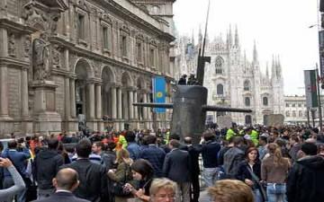 بالصور.. غواصة تخترق شوارع مدينة ميلانو الإيطالية!