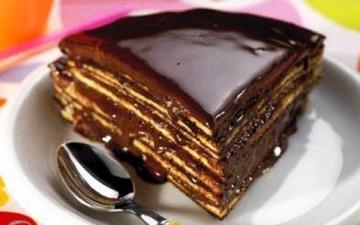 كيك جوز الهند بالفاكهة مع صلصة الشوكولاتة