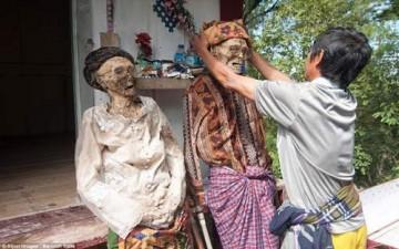 قرية إندونيسية تستخرج موتاها (بالصور)
