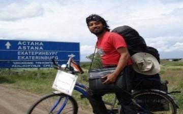 يجوب العالم على دراجته لمكافحة الإيدز