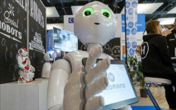 روبوت ياباني يقوم بتنظيف شاشة الهاتف الذكي