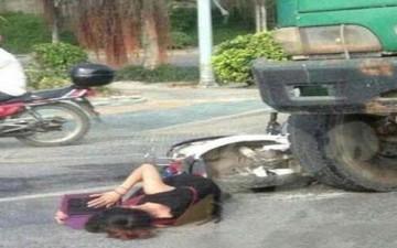 تستذكر دروسها على الارض بعد أن صدمتها سيارة